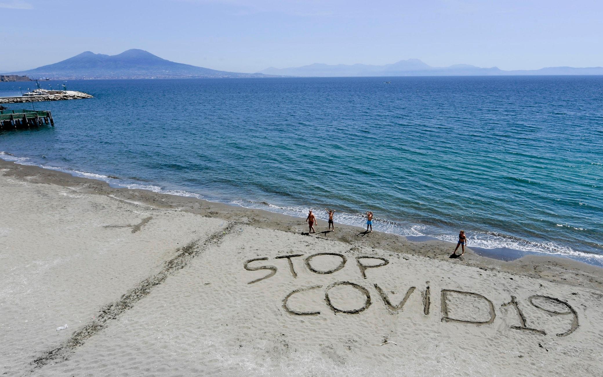 La scritta sulla spiaggia di Posillipo