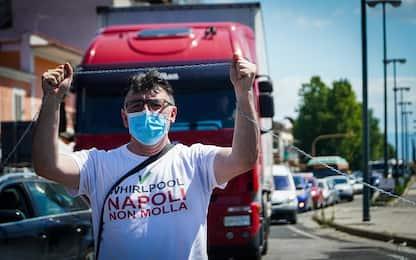 """Napoli, operai Whirlpool in catene: """"Contro l'immobilismo del Governo"""""""