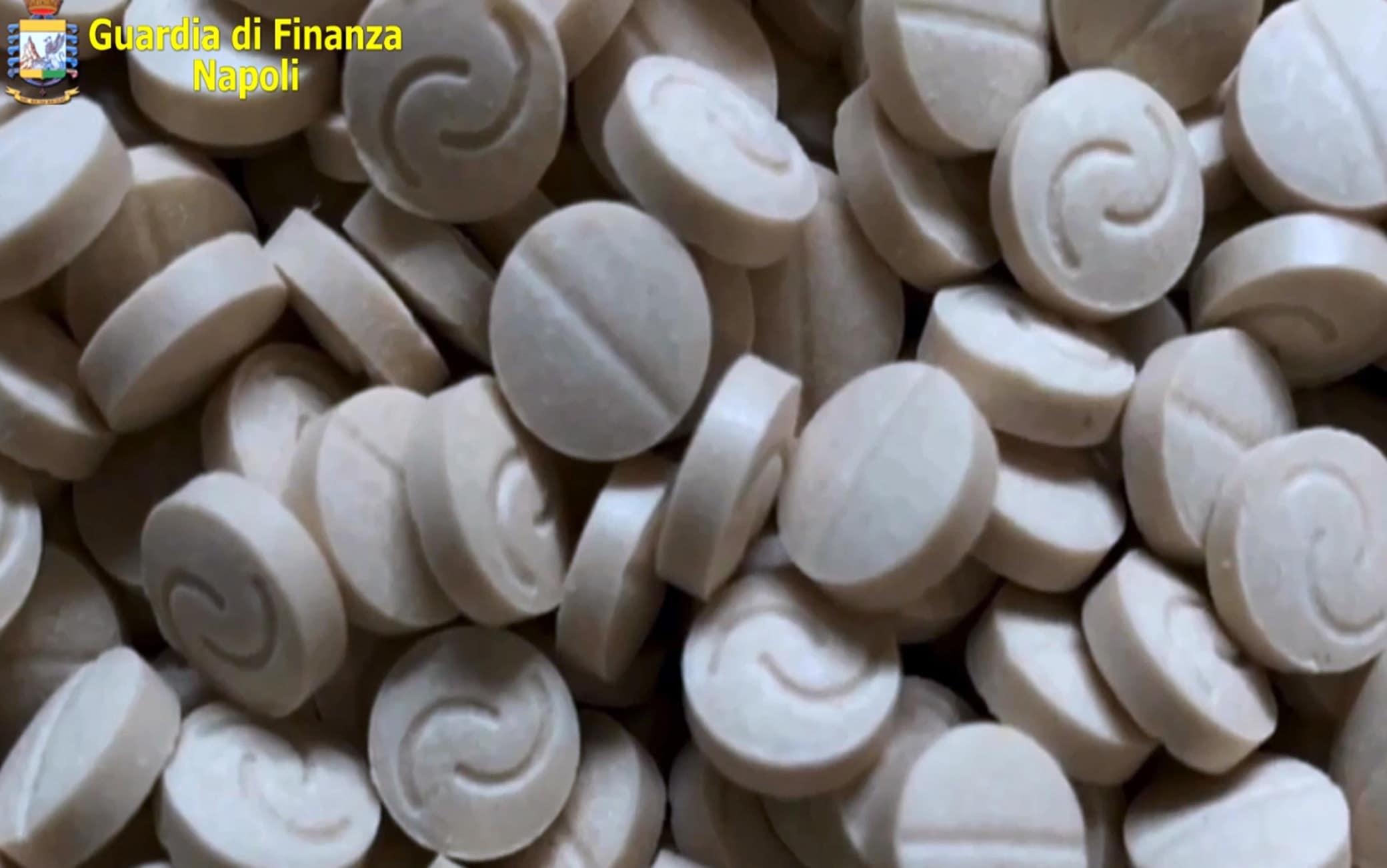 """Un fermo immagine tratto da un video della guardia di finanza di Napoli, 1 luglio 2020. La Guardia di Finanza di Napoli ha sequestrato nel Porto di Salerno un ingente quantitativo di droga, 14 tonnellate di amfetamine, 84 milioni di pasticche col logo """"captagon"""", prodotte in Siria dall'Isis per finanziare il terrorismo. Il valore della droga, trovata dalle """"fiamme gialle"""" in 3 container, è stato stimato in oltre 1 miliardo di euro. La droga era stata nascosta in cilindri di carta per uso industriale e macchinari costruiti in maniera tale da impedire agli scanner di individuare il contenuto.ANSA/GUARDIA DI FINANZA NAPOLI EDITORIAL USE ONLY NO SALES"""