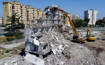 Napoli: demolizione della Vela Verde di Scampia, simbolo di Gomorra