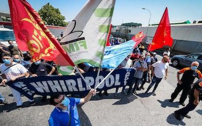 """Napoli, corteo degli operai Whirlpool: """"No a reindustrializzazione"""""""