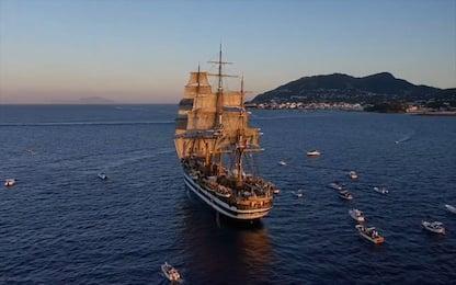 Ischia, capitano Vespucci suona al pianoforte Pino Daniele. VIDEO
