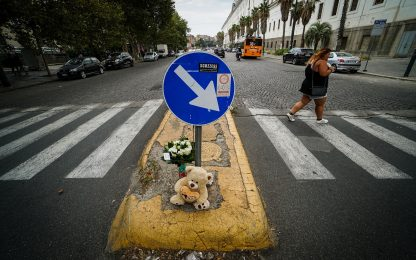 Incidente a Napoli, travolta mentre attraversa la strada: morta 15enne