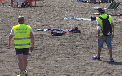 Napoli, disoccupati controllano rispetto norme anti covid in spiaggia