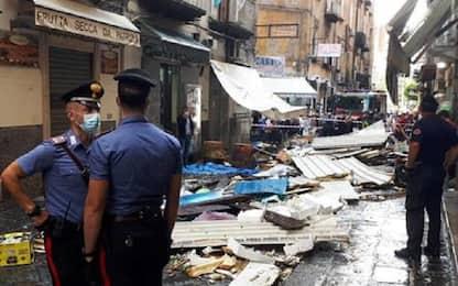 Nubifragio a Napoli oggi, crolla gazebo alla Pignasecca