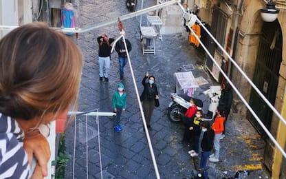 """Scuole chiuse in Campania, a Napoli maestro fa """"didattica ai balconi"""""""