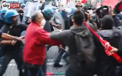 Covid Napoli, protesta piazza Martiri: bombe carta su polizia. VIDEO