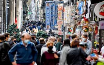 Folla di passanti nel centro storico di Napoli e nei vicoli degli artigiani del presepe nell'ultimo  giorno di libera circolazione prima dell'entrata della Campania in ' Zona Rossa' ad alto rischio di contagio e diffusione del covid-19, 14  novembre  2020. ANSA / CIRO FUSCO