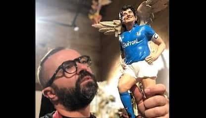 Napoli, artigiano realizza statua del presepe di Maradona con le ali