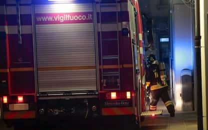 Milano, incendio sul tetto di una casa dell'Aler: spento dai pompieri