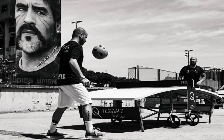 """Due """"tegers"""" si sfidano sul tavolo curvo sotto il murales di Maradona a Napoli"""