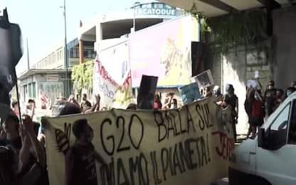 Proteste G20 Napoli, lancio di oggetti contro la polizia. VIDEO