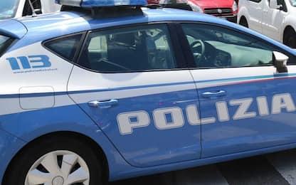 Scippa un donna e investe tre agenti a Roma, arrestato