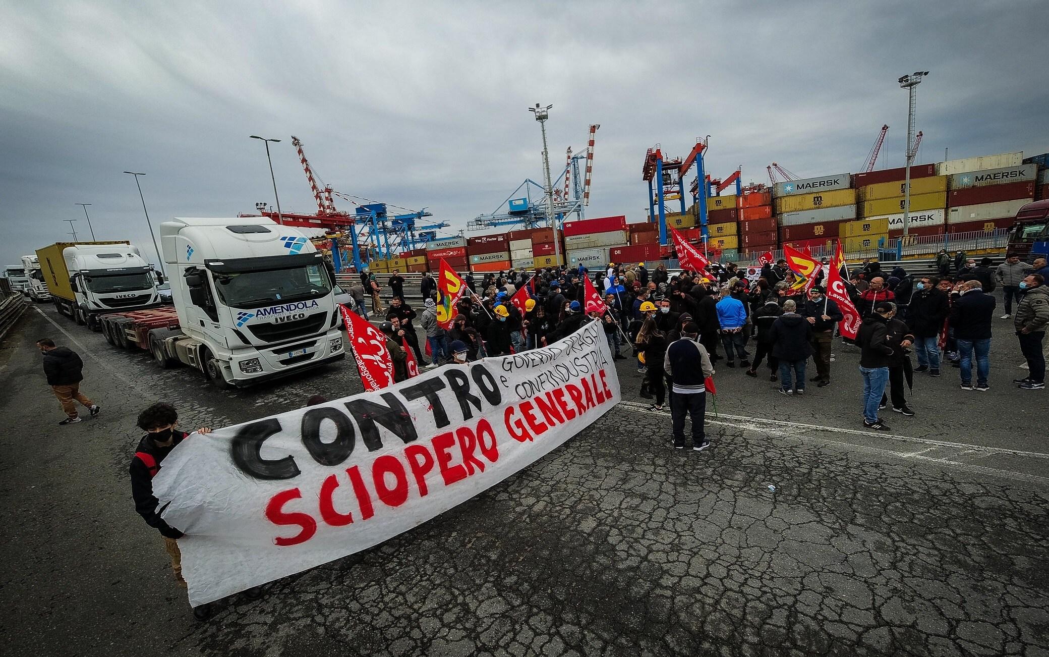 Un momento della protesta dei Centri sociali e dei disoccupati che occupano rampa di accesso alle autostrade, Napoli, 11 Ottobre 2021. ANSA/CESARE ABBATE