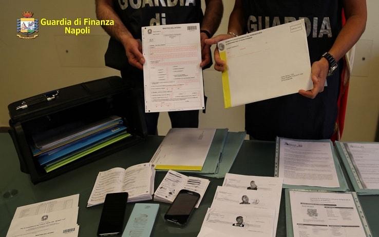I documenti d'identità falsificati rinvenuti dalle Fiamme Gialle