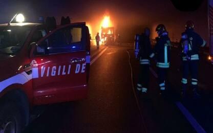 Catania, autoarticolato in fiamme nella galleria Pietra dell'Ova