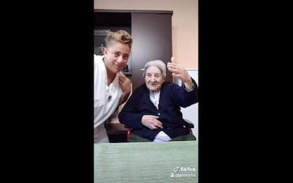 Coronavirus Sicilia, anziani e infermieri ballano su Tik Tok. VIDEO