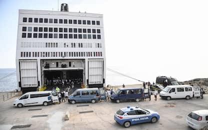 Migranti, Lampedusa: trasferiti i primi 350 su nave quarantena. VIDEO