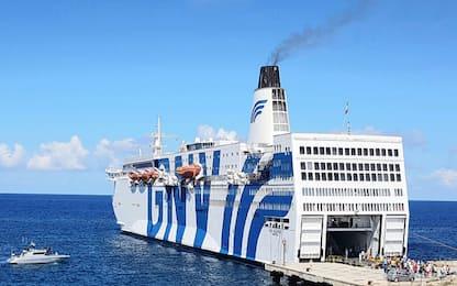 Migranti, attracca nave quarantena Azzurra: in 600 lasciano Lampedusa