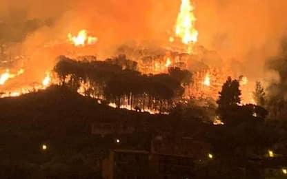 Incendio a Lipari durante la notte, fiamme alte vicino alle case