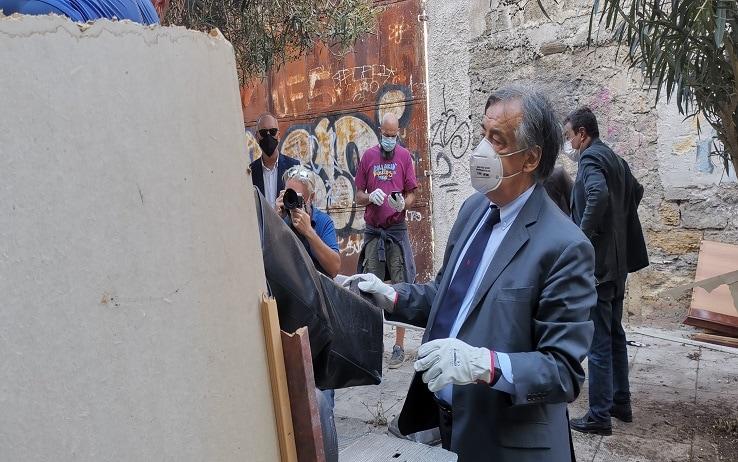 Il sindaco Leoluca Orlando all'opera per rimuovere i rifiuti