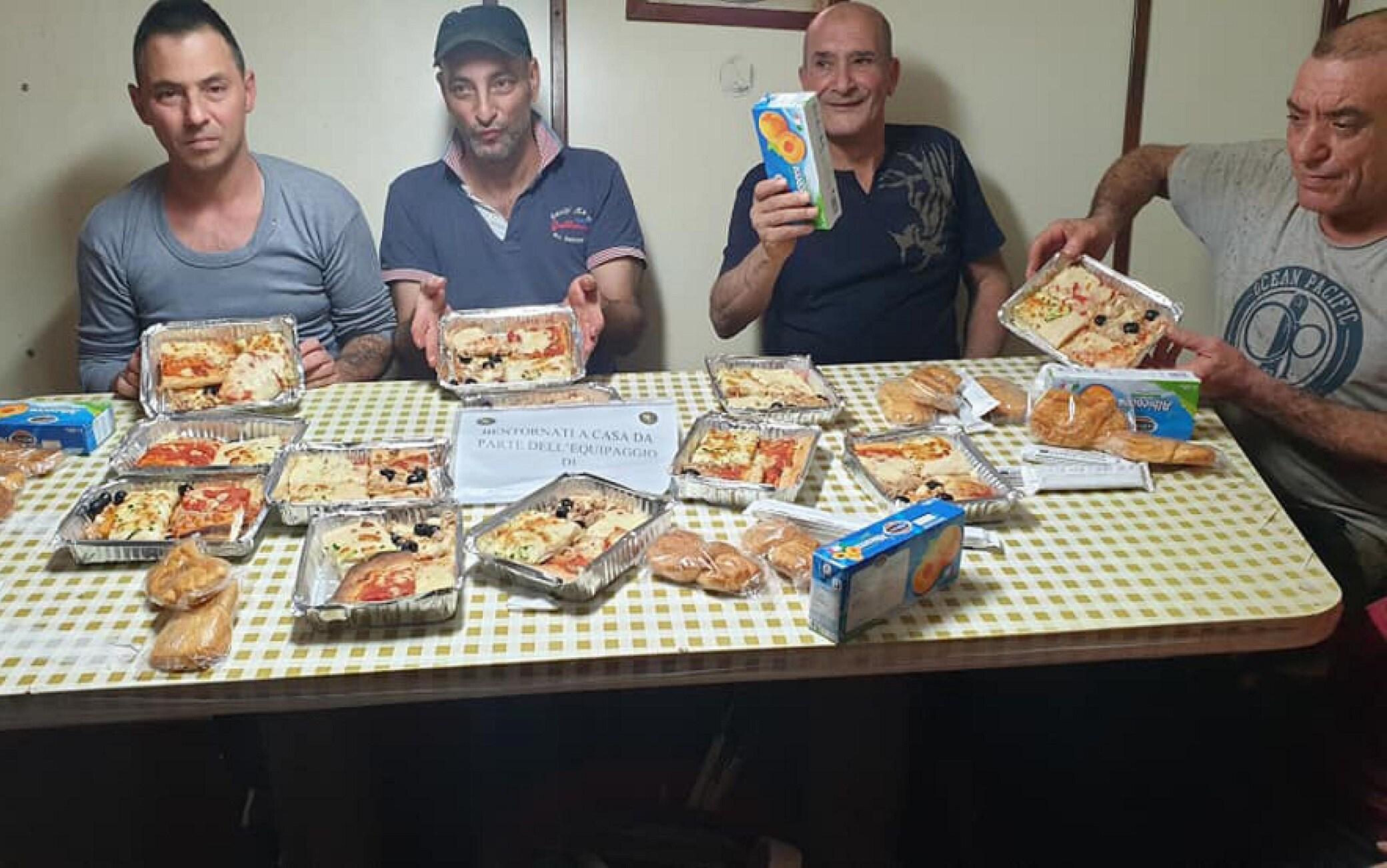 """I pescatori che stanno per ritornare a Mazara del Vallo esprimono felicità postando immagini su Facebook tra cui quelle della cena offerta ieri dalla Marina militare e dalla nave """"Carlo Margottini"""" con un biglietto """"Bentornati a casa"""", 20 dicembre 2020.  FACEBOOK +++ATTENZIONE LA FOTO NON PUO' ESSERE PUBBLICATA O RIPRODOTTA SENZA L'AUTORIZZAZIONE DELLA FONTE DI ORIGINE CUI SI RINVIA+++"""