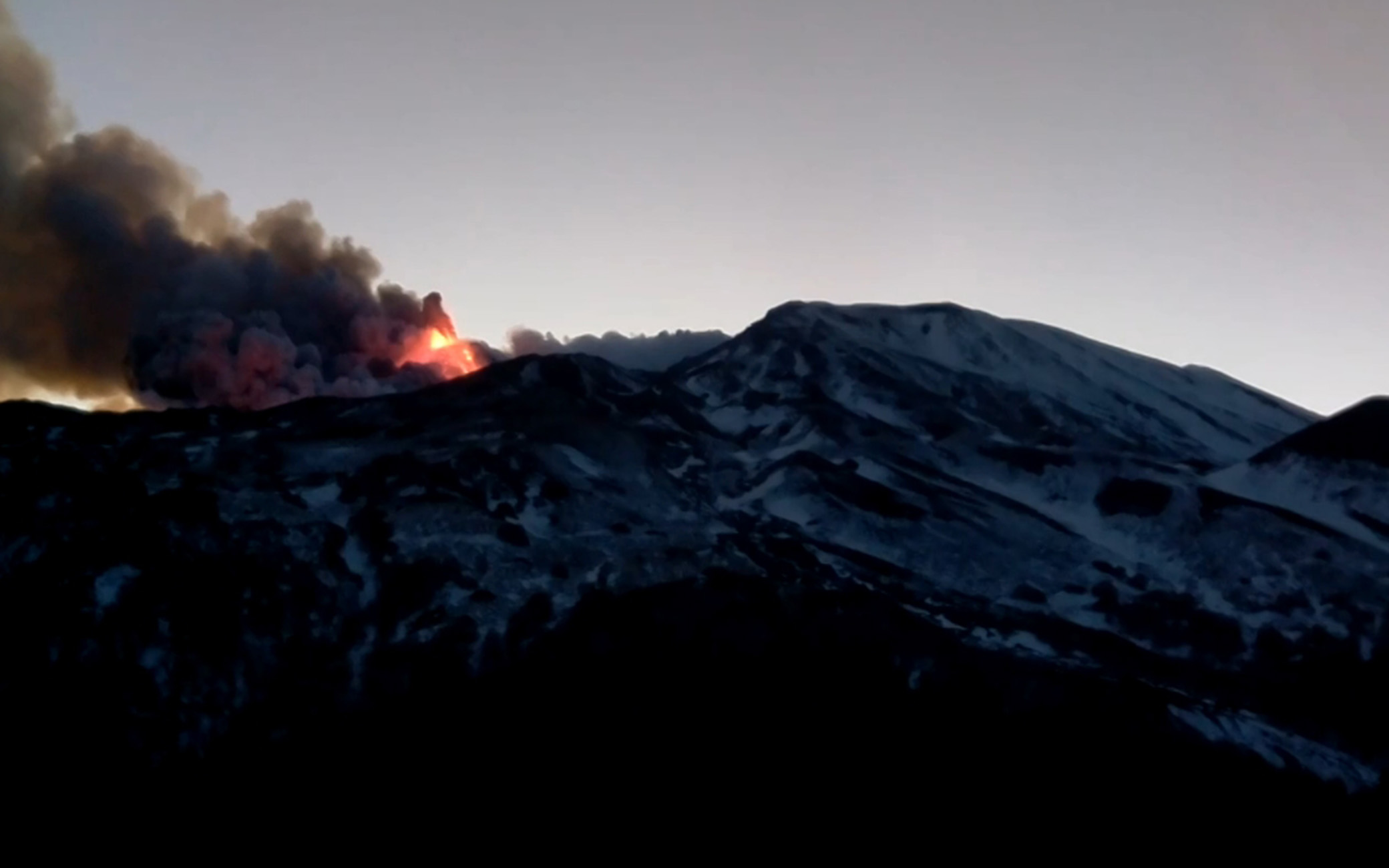 Etna in eruzione, colonna di cenere e pioggia di pietre su Catania