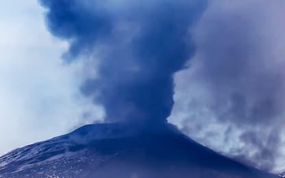 Etna in eruzione, nube di cenere dal cratere Sud-Est