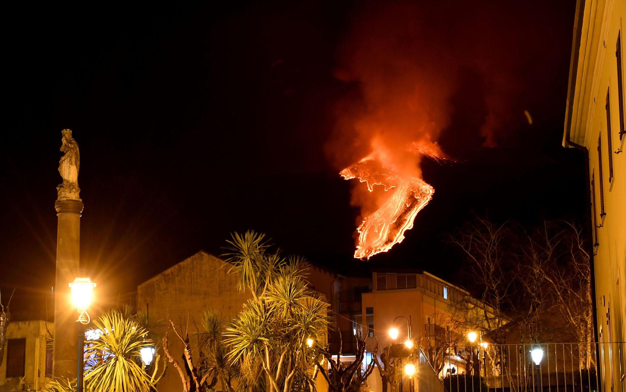 Etna: vulcano dà spettacolo di notte, fontane lava e colata - Primopiano