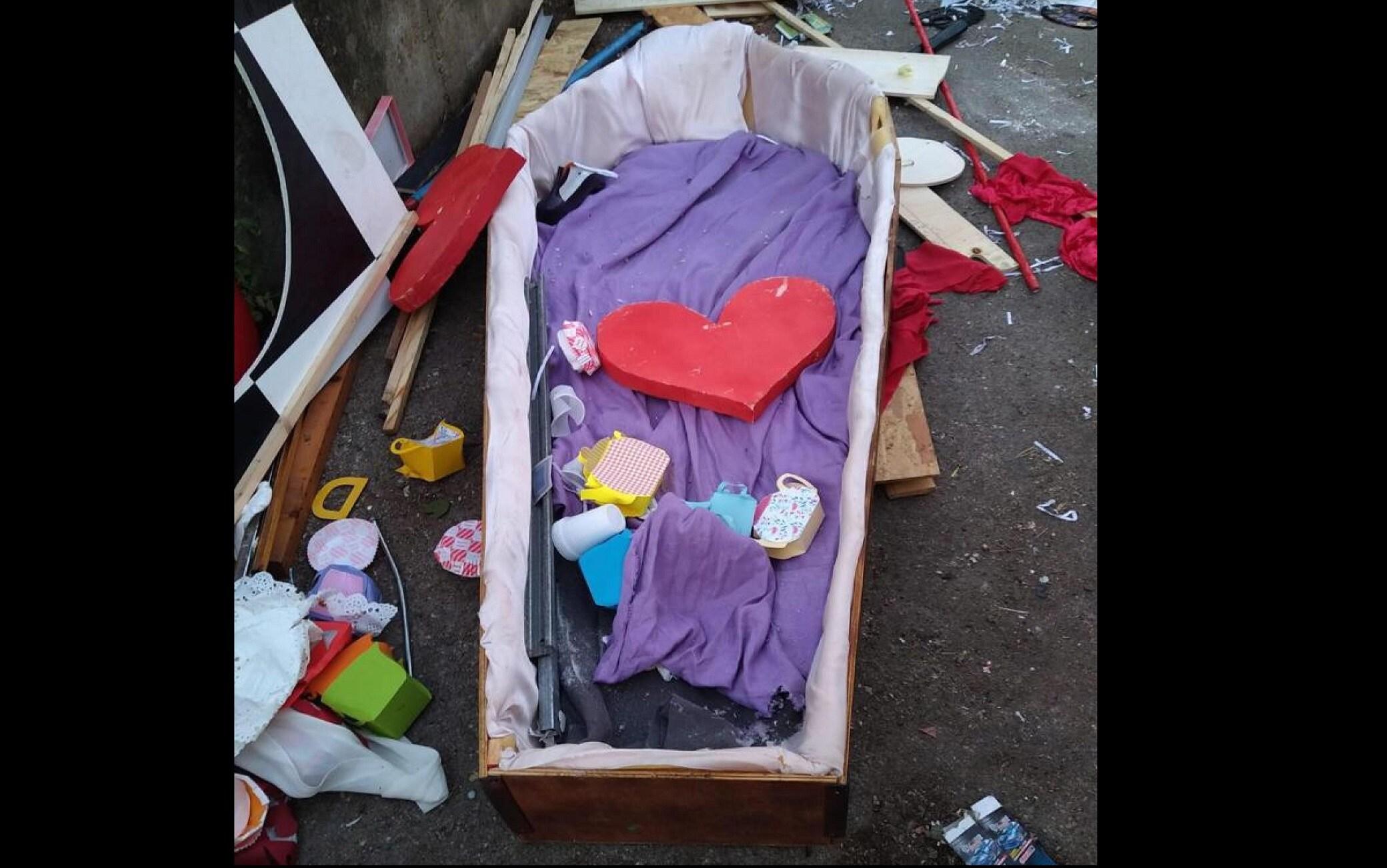Una bara è stata trovata davanti all'Agenzia dell'entrate a Palermo in via Konrad Roentgen, nel rione periferico di Cruillas