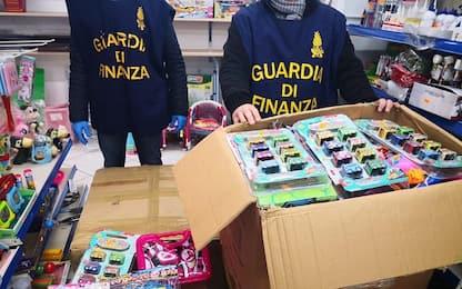 Finanza sequestra 9.000 articoli contraffatti nel Catanese, 8 denunce