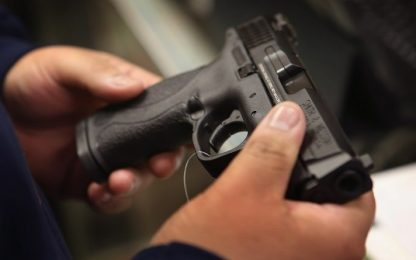 Settimo Torinese, spara dal balcone di casa con una pistola: arrestato