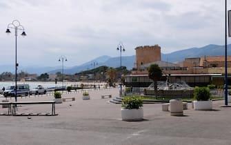 Spiaggia di Mondello, borgata marinara di Palermo, deserta a causa del Coronavirus, Palermo 21 marzo 2020. ANSA/RUGGERO FARKAS