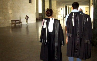 20030708 - CRO - PALERMO - GIUSTIZIA: RANDAZZO, PREMIER CI HA PROMESSO CARRIERE SEPARATE -  Una foto di archivio del 20 giugno dello scorso anno mostra due magistrati lungo il corridoio del Tribunale di Palermo. Oggi, il Presidente del Consiglio Silvio Berlusconi  ha assicurato al presidente dell'Ucp Ettore Randazzo, che la maggioranza intende procedere sulla separazione delle carriere in magistratura .    ANSA - MICHELE NACCARI -KLD