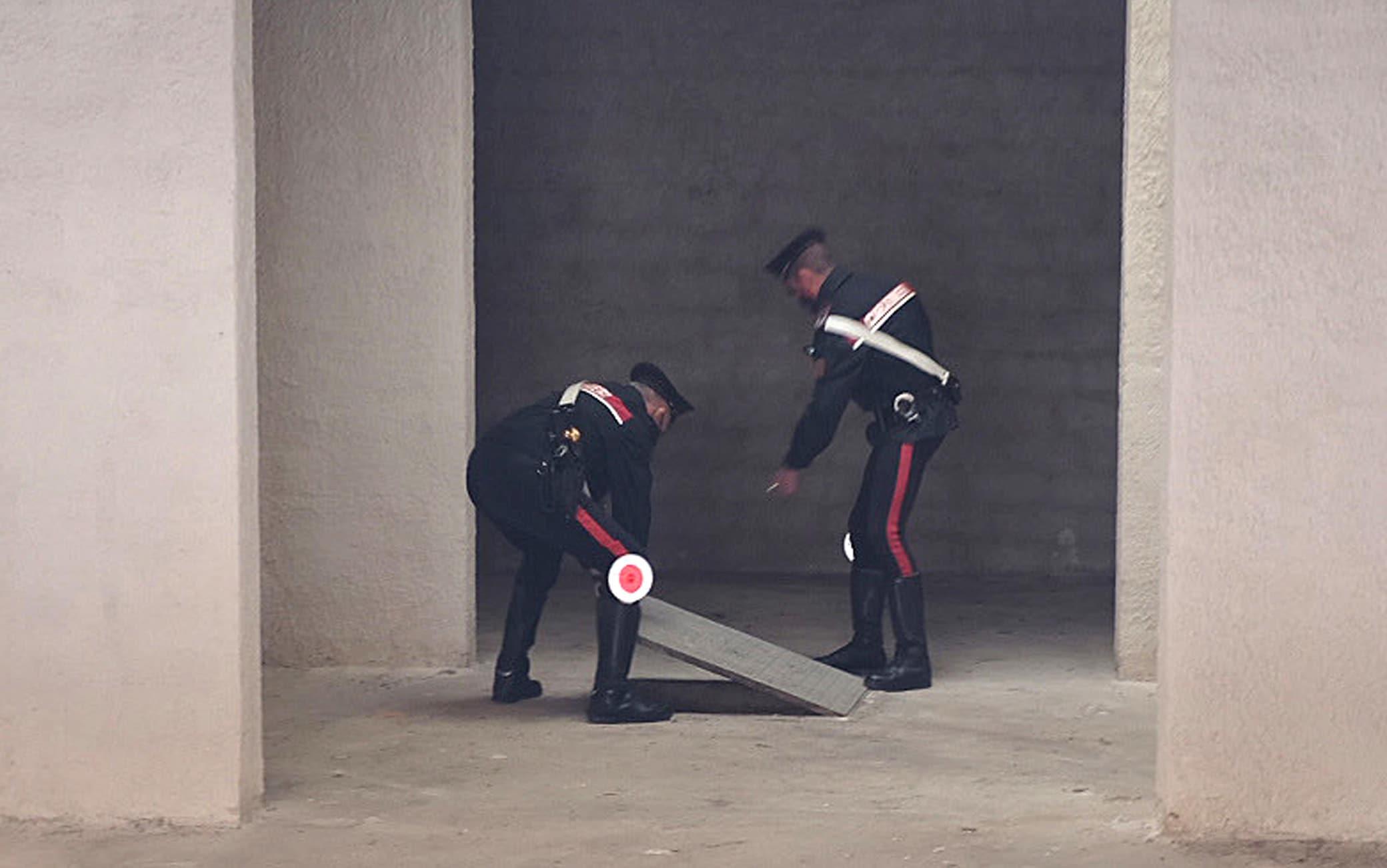I carabinieri dei Ris ispezionano la botola che si trova nel garage della casa dove ha abitato Anna Corona, Mazara del Vallo (Tp), 5 maggio 2021. ANSA/CARMELO SUCAMELI