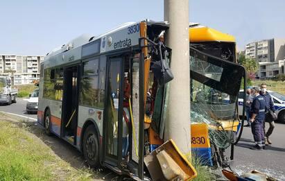 Catania, bus contro un palo della luce: sette feriti, due sono gravi