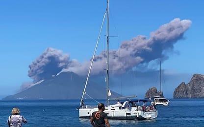 Eruzione ed esplosione a Stromboli: colonna di fumo e colata lavica