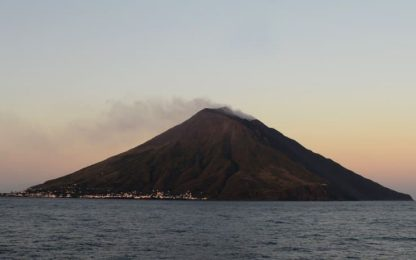 Stromboli, esplosioni da cratere: colata in Sciara del fuoco