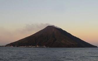 Il vulcano di Stromboli al tramonto