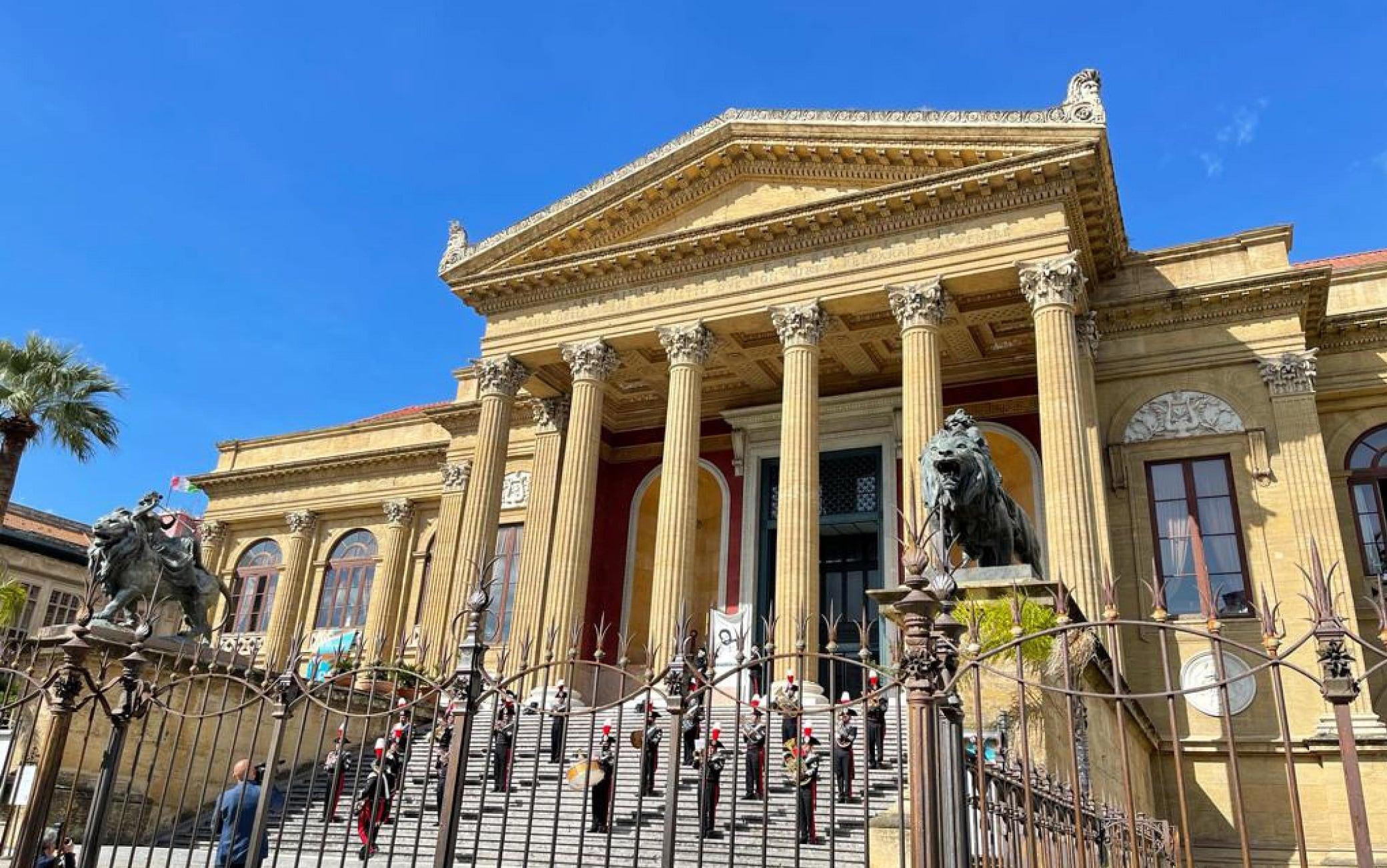La cerimonia davanti al Teatro Politeama di Palermo