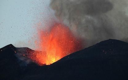 Etna, fontana di lava e nube eruttiva alta 9 chilometri dal Sud-Est