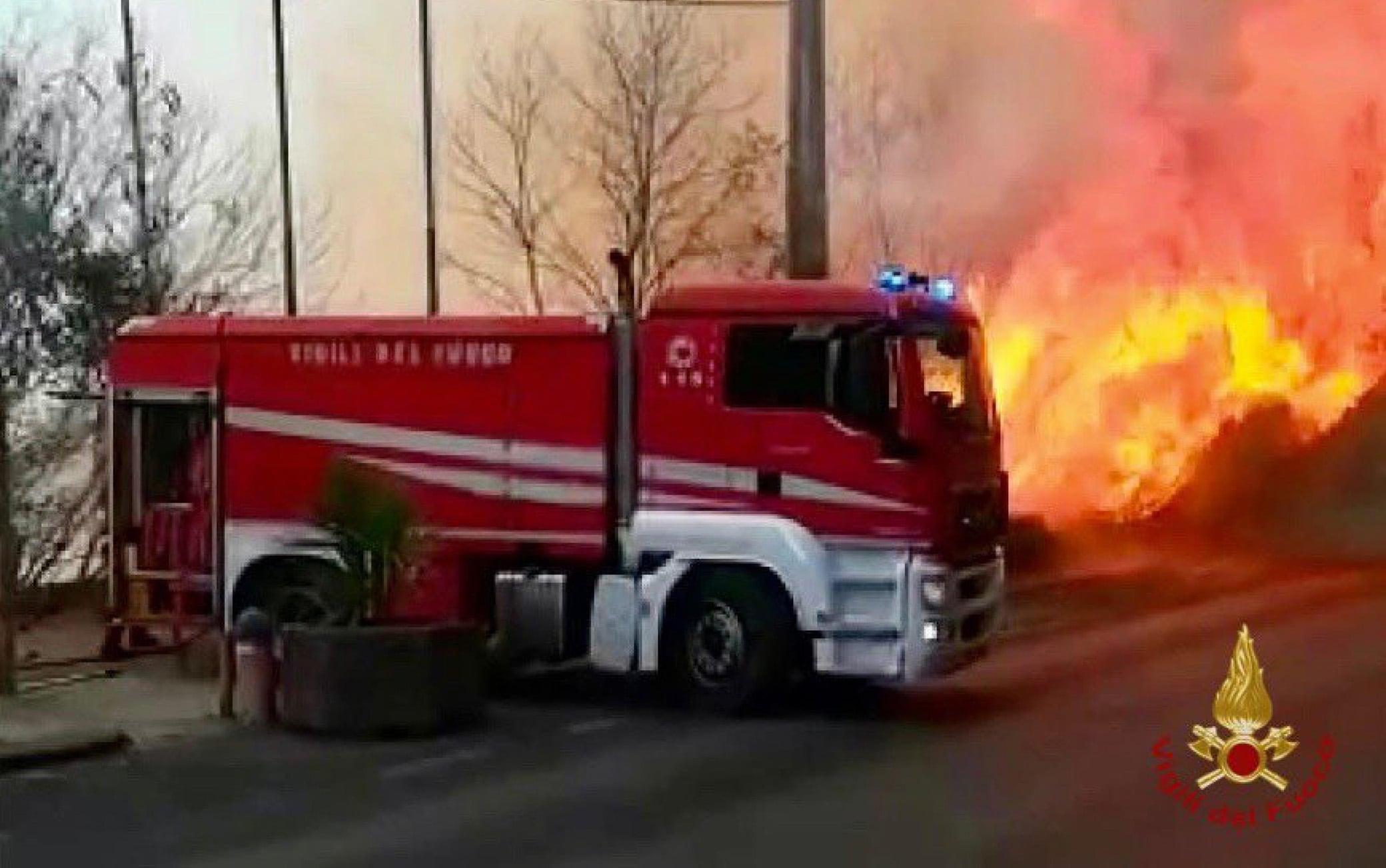 Catania brucia per il caldo e il soffocante vento africano e per le fiamme che alimentano diversi incendi. La zona maggiormente colpita è quella nel rione Fossa Creta dove diverse famiglie sono state costrette a lasciare le loro case. Nella zona si alza un'intesa nube di fumo. Chiuso al traffico l'asse dei servizi e bloccato l'accesso anche ad alcune strade.VIGILI DEL FUOCO +++ ATTENZIONE LA FOTO NON PUO' ESSERE PUBBLICATA O RIPRODOTTA SENZA L'AUTORIZZAZIONE DELLA FONTE DI ORIGINE CUI SI RINVIA +++ ++ HO - NO SALES, EDITORIAL USE ONLY ++