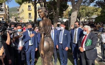 """Sapri, polemiche sulla nuova statua della 'Spigolatrice': """"È sessista"""""""