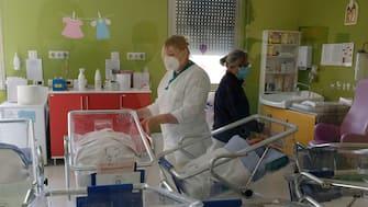 Neonati  nelle culle, ostreticia degli Spedali Civili di Brescia, durante il coronavirus  24 aprile 2020. Ansa Filippo Venezia