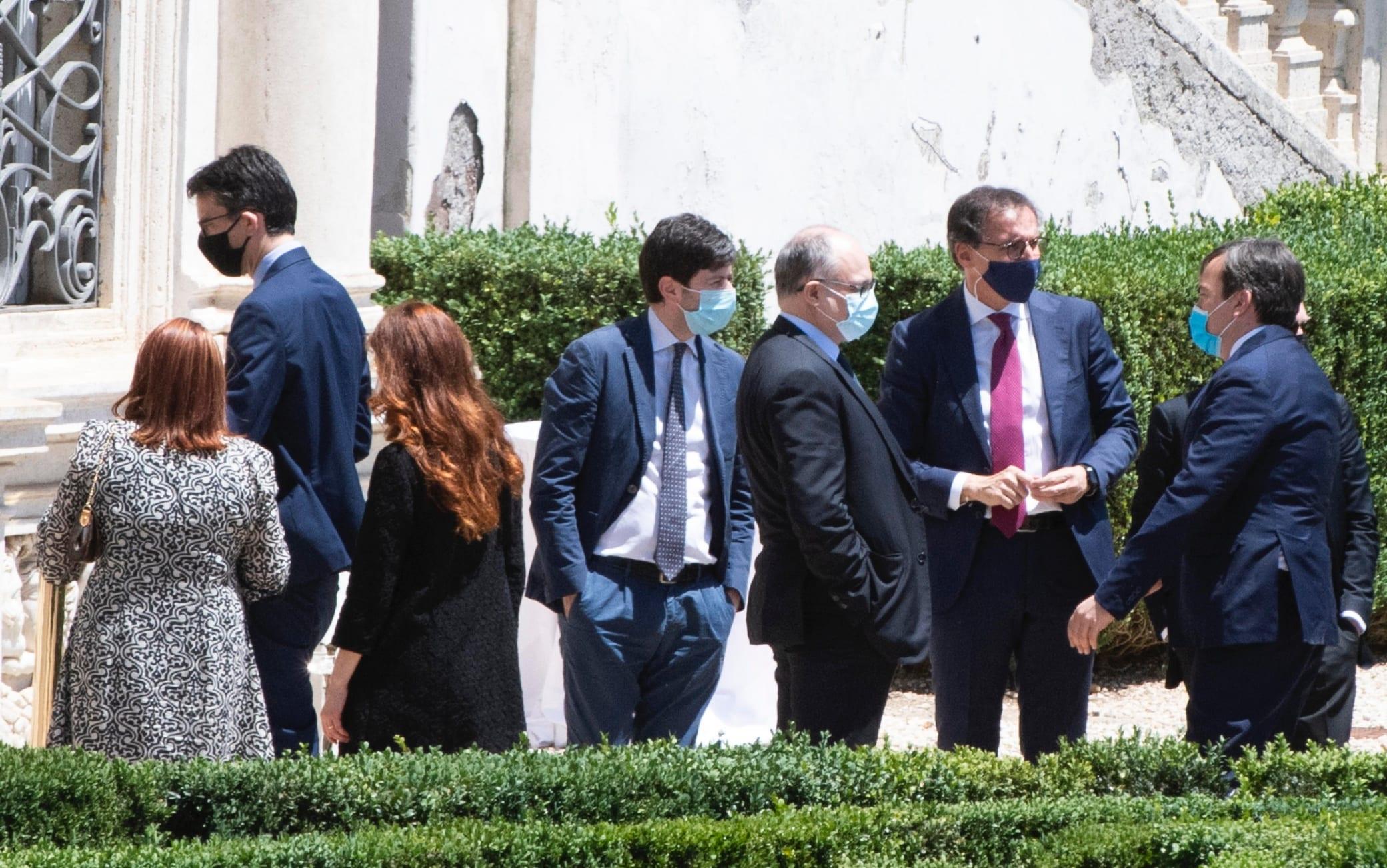 I ministri durante una pausa della prima giornata gli stati generali nei giardini di Villa Pamphili a Roma, 13 giugno 2020. ANSA/CLAUDIO PERI - MASSIMO PERCOSSI