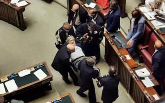 Vittorio Sgarbi trascinato via dall'Aula della Camera