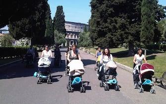 Donne in tenuta sportiva camminano a Colle Oppio, Roma, 12 maggio 2011. Nei passeggini portano il tappetino per poter fare ginnastica nel verde. ANSA / PAOLA TAMBORLINI