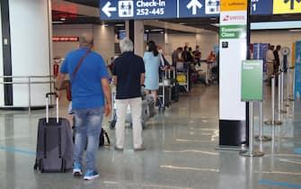 Passeggeri in partenza dall'aeroporto di Fiumicino, diretti alle mete delle vacanze, 28 giugno 2020. ANSA/ TELENEWS