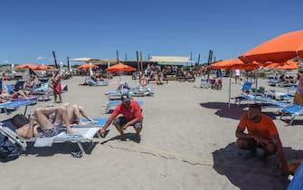 La spiaggia di Capocotta, affollta nel primo week-end di sole della stagione, Ostia, 20 giugno 2020. ANSA/EMANUELE VALERI
