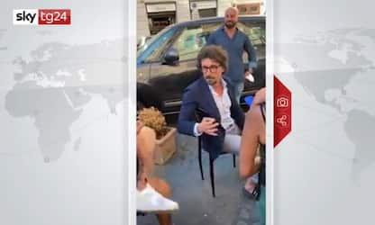 Toninelli contestato al bar replica stizzito. VIDEO